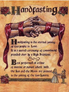 La expresión que se usa en la Wicca para el matrimonio es Handfasting(atadura de manos). A diferencia de los cristianos y su \u201chasta que la muerte los